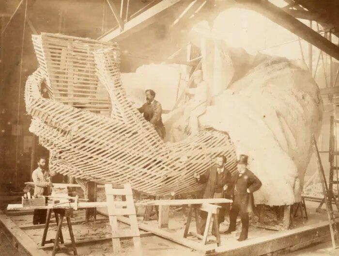 بناء اليد اليسرى من تمثال الحرية، سنة ١٨٨٣